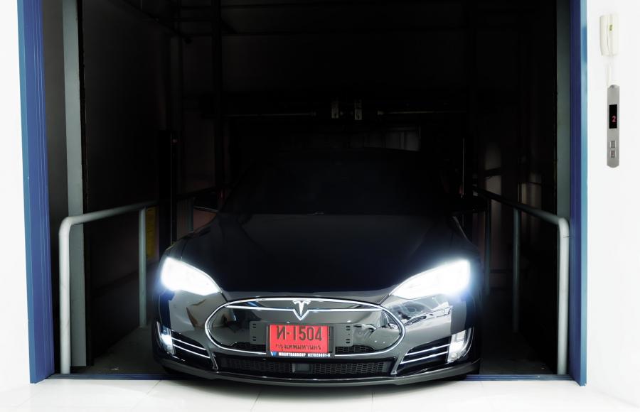 คุณสกุลธร ได้ทดลองขับรถ Tesla เพื่อนำมาใช้เป็น Car Sharing สำหรับคอนโดฯ โครงการใหม่